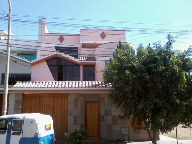 Vendo espectacular casa de tres pisos, Ubdo en la mejor zona Urb. Puente Blanco
