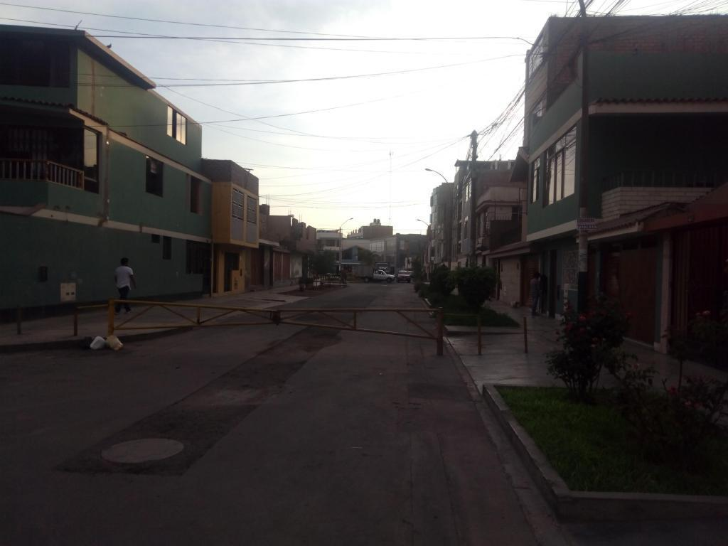 Casa de 3 pisos frente al parque en la mejor zona de Los Olivos